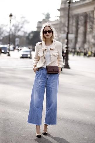 Cómo combinar: zapatos de tacón de cuero en negro y marrón claro, pantalones anchos vaqueros azules, camiseta con cuello circular blanca, chaqueta de tweed blanca