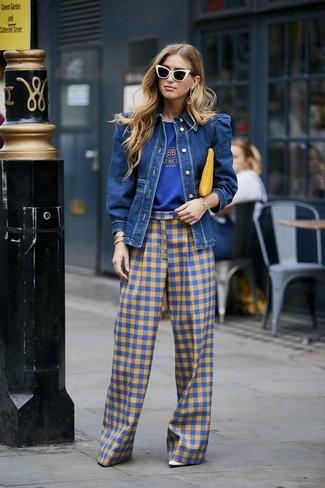 Cómo combinar: zapatos de tacón de cuero blancos, pantalones anchos de cuadro vichy azules, camiseta con cuello circular estampada azul, chaqueta vaquera azul