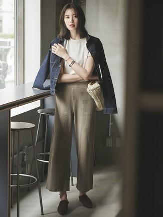 Cómo combinar: chinelas de ante en marrón oscuro, pantalones anchos de punto en beige, camiseta con cuello circular blanca, chaqueta vaquera azul marino