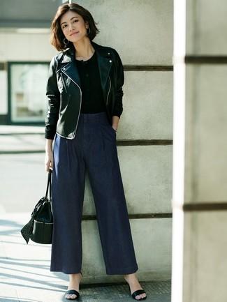 Cómo combinar: sandalias de tacón de cuero negras, pantalones anchos vaqueros azul marino, camiseta henley negra, chaqueta motera de cuero negra