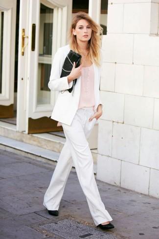 Cómo combinar: zapatos de tacón de cuero negros, pantalones anchos blancos, camiseta sin manga en beige, blazer blanco