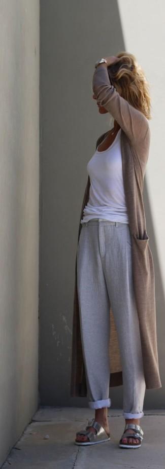 Cómo combinar: sandalias planas de cuero plateadas, pantalones anchos de lino grises, camiseta sin manga blanca, cárdigan abierto marrón