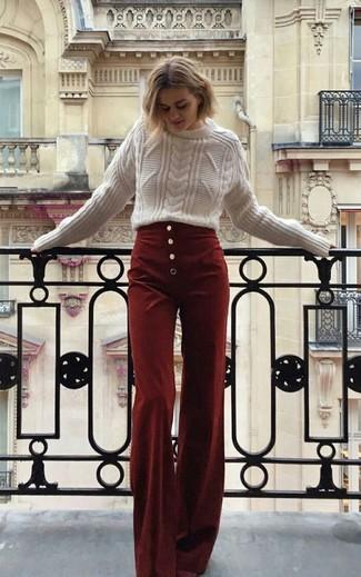 Cómo combinar: pantalones anchos de pana burdeos, jersey de ochos blanco