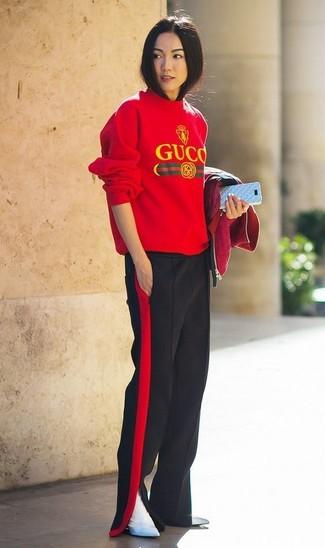 Cómo combinar: botines de cuero blancos, pantalones anchos en rojo y negro, jersey con cuello circular estampado rojo, cazadora de aviador roja