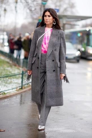Cómo combinar: botines de cuero plateados, pantalones anchos grises, jersey con cuello circular efecto teñido anudado rosa, abrigo a cuadros gris