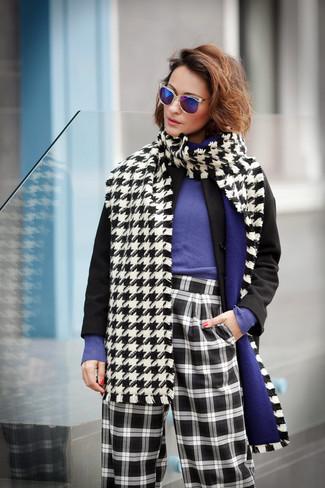Cómo combinar: bufanda de pata de gallo en blanco y negro, pantalones anchos a cuadros en negro y blanco, jersey con cuello circular en violeta, abrigo negro