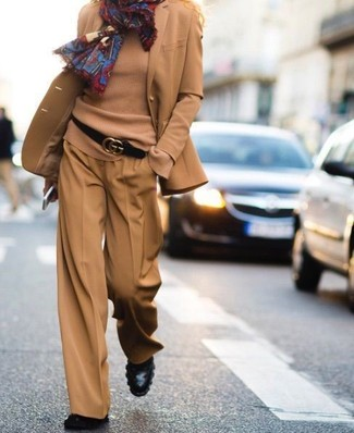 Combinar un blazer de lana marrón claro: Empareja un blazer de lana marrón claro junto a unos pantalones anchos marrón claro para sentirte con confianza y a la moda. Botines de cuero negros son una opción buena para complementar tu atuendo.