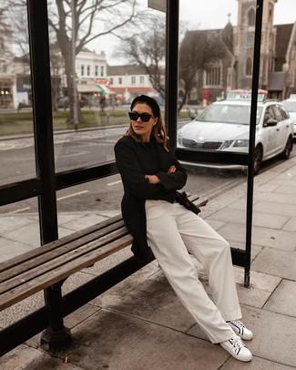 Cómo combinar: tenis de cuero en blanco y negro, pantalones anchos blancos, jersey con cuello circular negro, blazer negro