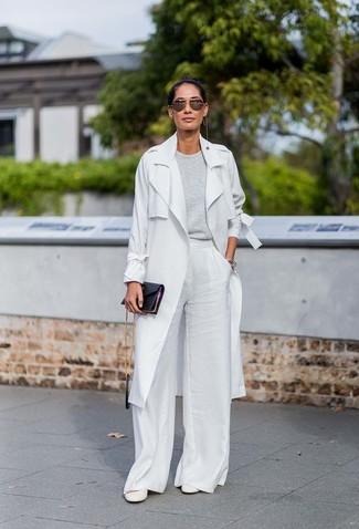 Cómo combinar: zapatos de tacón de cuero blancos, pantalones anchos blancos, jersey con cuello circular gris, gabardina gris