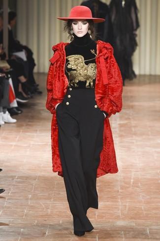 Cómo combinar: botines de ante negros, pantalones anchos negros, jersey de cuello alto de terciopelo bordado negro, abrigo de piel rojo