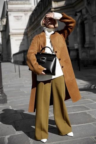 Cómo combinar: zapatos de tacón de cuero blancos, pantalones anchos mostaza, jersey de cuello alto de lana de punto blanco, abrigo de piel marrón