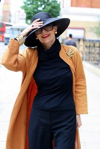 Cómo combinar: sombrero de paja negro, pantalones anchos azul marino, jersey de cuello alto azul marino, abrigo duster naranja