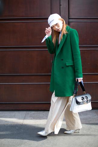 Cómo combinar: botines de cuero plateados, pantalones anchos en beige, jersey de cuello alto celeste, abrigo verde