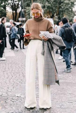 Cómo combinar: zapatos de tacón de cuero blancos, pantalones anchos blancos, jersey de cuello alto marrón, abrigo a cuadros gris