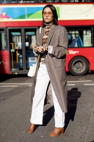Combinar unos botines de cuero en tabaco: Elige un abrigo de tartán marrón y unos pantalones anchos vaqueros blancos para después del trabajo. Botines de cuero en tabaco son una opción incomparable para complementar tu atuendo.