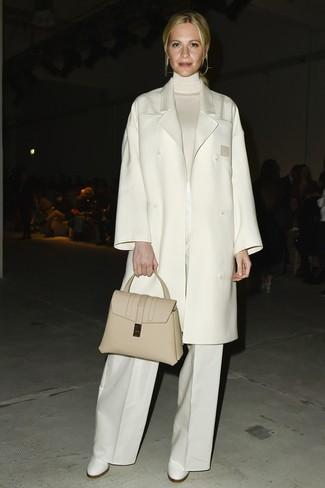 Cómo combinar: botines de cuero blancos, pantalones anchos blancos, jersey de cuello alto blanco, abrigo blanco