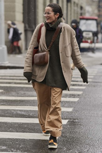 Cómo combinar: zapatillas slip-on de lona en multicolor, pantalones anchos marrón claro, jersey de cuello alto de punto verde oscuro, blazer de lana en beige