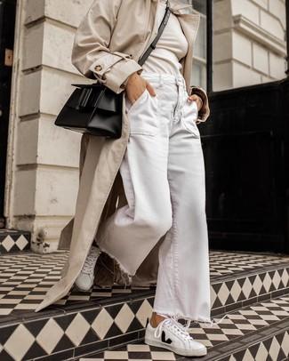 Look de moda: Tenis de cuero en blanco y negro, Pantalones anchos vaqueros blancos, Jersey de cuello alto en beige, Gabardina en beige