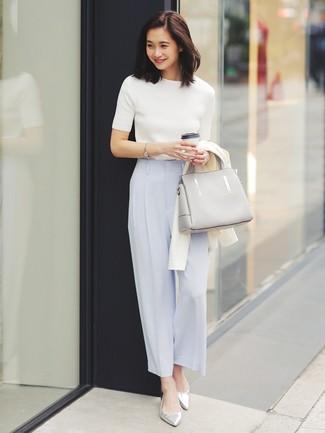 Cómo combinar: bailarinas de cuero plateadas, pantalones anchos celestes, jersey de manga corta blanco, cárdigan blanco