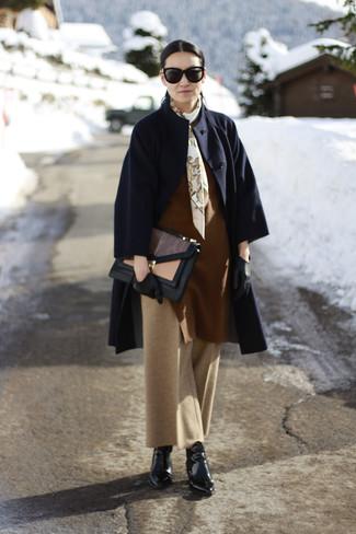 Cómo combinar: botines de cuero negros, pantalones anchos marrón claro, jersey oversized marrón, abrigo azul marino