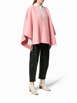 Cómo combinar: botines de cuero en beige, pantalones anchos de cuero negros, camisa de vestir blanca, capa rosada