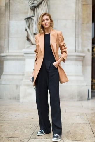 Cómo combinar: mocasín de cuero plateados, pantalones anchos negros, camiseta con cuello circular negra, blazer cruzado marrón claro