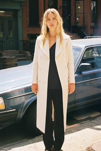 Cómo combinar: sandalias de tacón de cuero negras, pantalones anchos negros, jersey de pico en gris oscuro, abrigo en beige