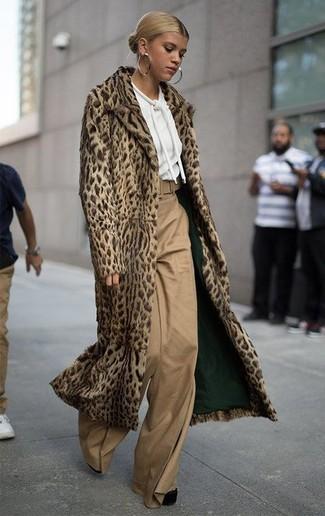Combinar unos pantalones anchos marrón claro: Emparejar un abrigo de piel de leopardo marrón claro con unos pantalones anchos marrón claro es una opción perfecta para un día en la oficina. Zapatos de tacón de ante gruesos negros son una opción incomparable para completar este atuendo.
