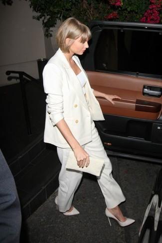 Cómo combinar: zapatos de tacón de cuero blancos, pantalones anchos blancos, top corto blanco, blazer cruzado blanco