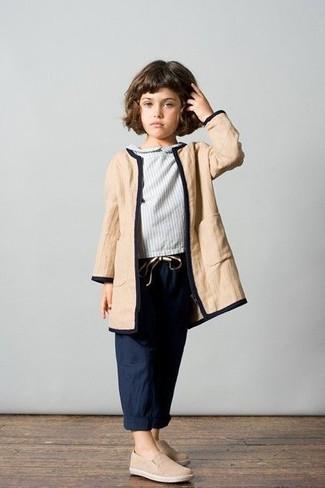 Cómo combinar: zapatillas en beige, pantalones azul marino, blusa de manga larga gris, abrigo marrón claro
