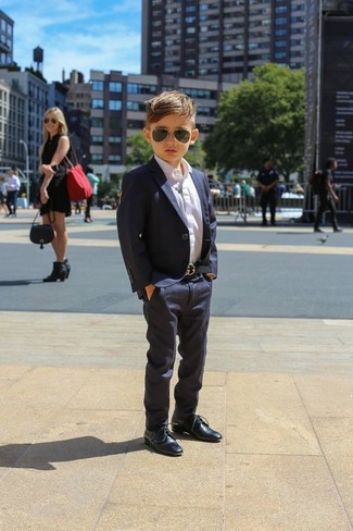 Cómo combinar: zapatos oxford azul marino, pantalones azul marino, camisa de manga larga blanca, blazer azul marino