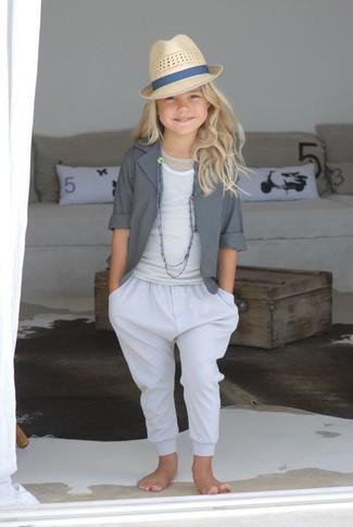 Cómo combinar: sombrero en beige, pantalones blancos, camiseta sin manga blanca, blazer gris
