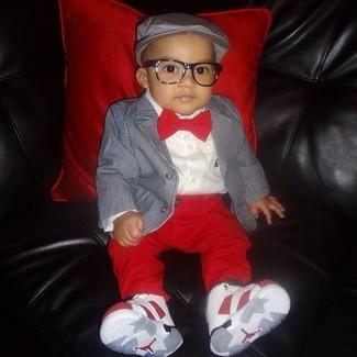 Cómo combinar: zapatillas blancas, pantalones rojos, camisa de manga larga blanca, blazer gris