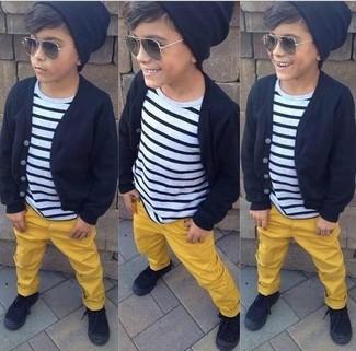 Cómo combinar: zapatillas negras, pantalones amarillos, camiseta de rayas horizontales en blanco y negro, cárdigan negro