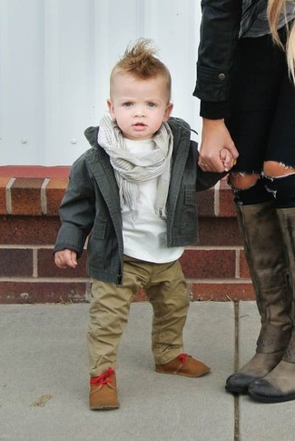 Cómo combinar: botas marrón claro, pantalones marrón claro, camiseta blanca, chaqueta verde oliva