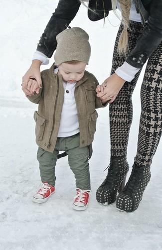 Cómo combinar: zapatillas rojas, pantalones verde oliva, camiseta blanca, chaqueta marrón