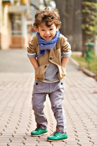 Cómo combinar: náuticos verdes, pantalones grises, camiseta de manga larga gris, blazer marrón claro