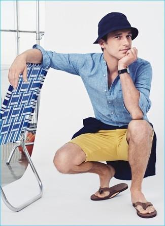 Combinar un jersey con cuello circular azul marino en verano 2020: Ponte un jersey con cuello circular azul marino y unos pantalones cortos amarillos para una apariencia fácil de vestir para todos los días. ¿Quieres elegir un zapato informal? Elige un par de chanclas marrónes para el día. Este look es una opción excelente si tu buscas un look apto para este verano.