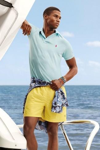 Cómo combinar: pulsera en multicolor, pantalones cortos amarillos, camisa polo celeste, camisa de manga larga con print de flores azul marino