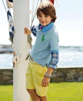 Cómo combinar: pantalones cortos amarillos, camisa polo de rayas horizontales en turquesa, camisa de manga larga de tartán azul