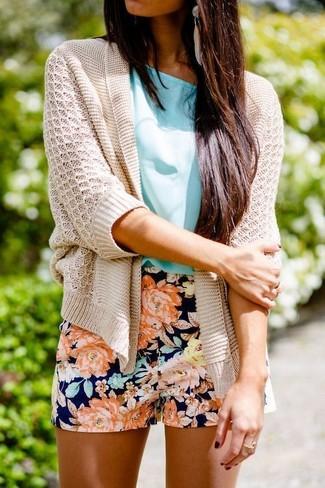 Cómo combinar: pendientes en beige, pantalones cortos con print de flores azul marino, blusa de manga corta en turquesa, cárdigan abierto de punto en beige