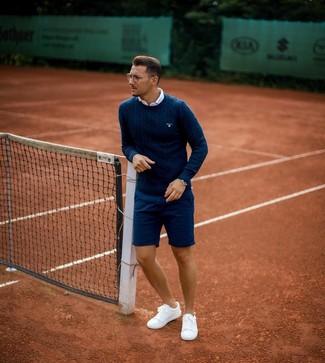 Cómo combinar: tenis blancos, pantalones cortos azul marino, camisa de manga corta blanca, jersey de ochos azul marino