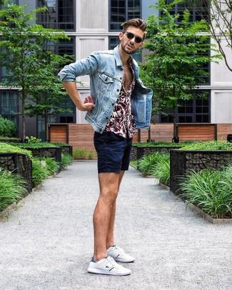 Cómo combinar: tenis blancos, pantalones cortos azul marino, camisa de manga corta con print de flores burdeos, chaqueta vaquera celeste