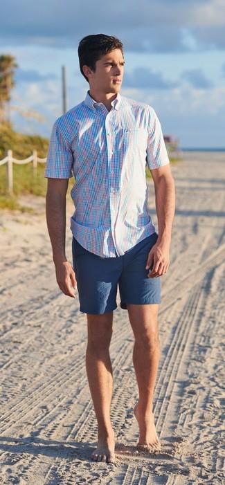 Cómo combinar: pantalones cortos azul marino, camisa de manga corta de tartán celeste