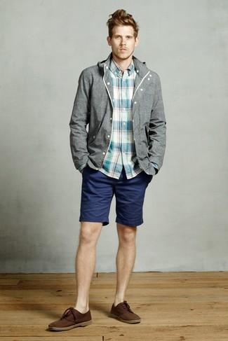 Cómo combinar: botas safari de ante en marrón oscuro, pantalones cortos azul marino, camisa de manga larga de tartán en verde azulado, chubasquero gris