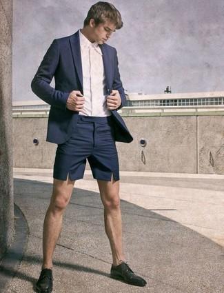 Cómo combinar: zapatos derby de cuero negros, pantalones cortos azul marino, camisa de vestir blanca, blazer azul marino