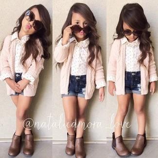 Cómo combinar: botas marrónes, pantalones cortos vaqueros azul marino, camisa de vestir blanca, cárdigan rosado