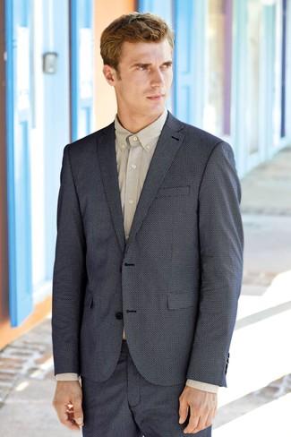 Cómo combinar: pantalones cortos azul marino, camisa de vestir en beige, blazer azul marino