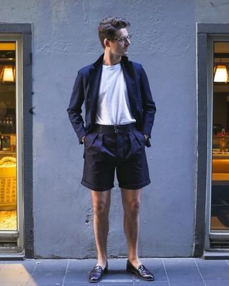 Cómo combinar: mocasín de cuero en marrón oscuro, pantalones cortos azul marino, camiseta con cuello circular blanca, blazer azul marino