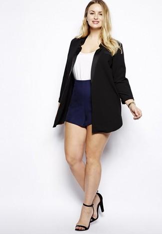 Cómo combinar: sandalias de tacón de ante negras, pantalones cortos azul marino, camiseta con cuello circular blanca, blazer negro